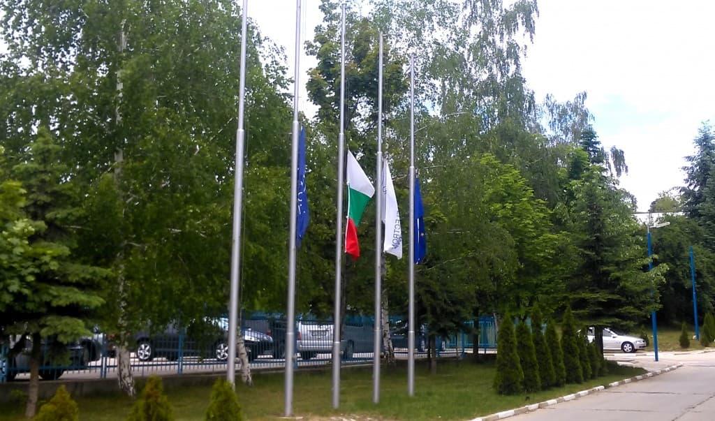 """Спуснатите знамена в Индустриален парк """"Оптикоелектрон"""""""