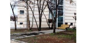 Алеята и пейката в памет на Борис Христов на художника Атанас Хранов