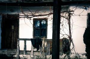 Скромната къщичка, в която живее дядо Добри, намираща се в двора на селската църква.